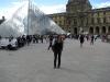 przed Louvre Museum